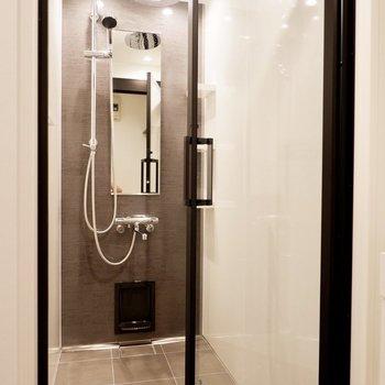 上品でゆったりとしたシャワーブース