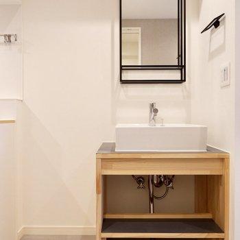 さらに、スタイリッシュな洗面台もあります