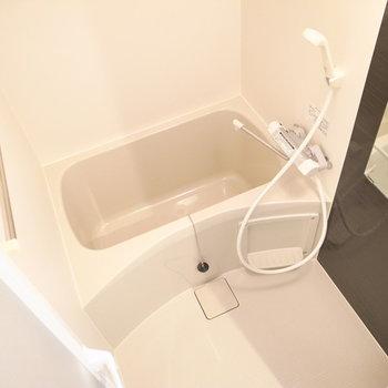 コンパクトな浴室。浴室乾燥機があります。(※写真は3階の同間取り別部屋のものです)