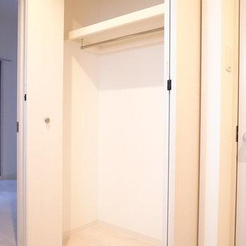 キッチンの向かいにクローゼットが。横幅があり、洋服がきちんと入りそう。(※写真は3階の同間取り別部屋のものです)