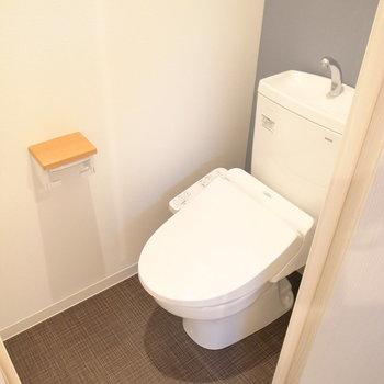 落ち着いたカラーのトイレ。木のポイントでナチュラルな空間に♪(※写真は3階の同間取り別部屋のものです)