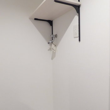 洗濯機置場の上に棚があります(※写真は4階の同間取り別部屋のものです)