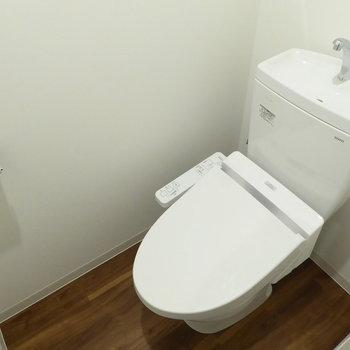 トイレはウォシュレット付き(※写真は4階の同間取り別部屋のものです)