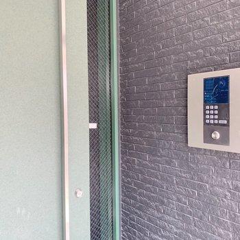玄関にはオートロック付きで安心!宅配ボックスもあります。