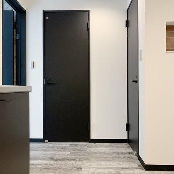 くるっと。正面に脱衣所、右にトイレがあります。(※写真は1階の同間取り別部屋のものです)