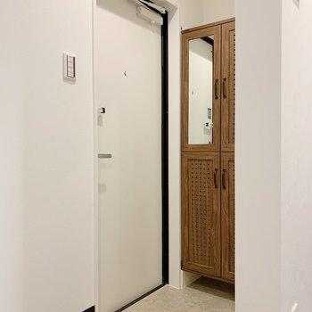 玄関スペースは少々コンパクト。(※写真は1階の同間取り別部屋のものです)