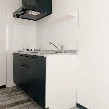 洋室をでると右側にキッチンが。(※写真は1階の同間取り別部屋のものです)