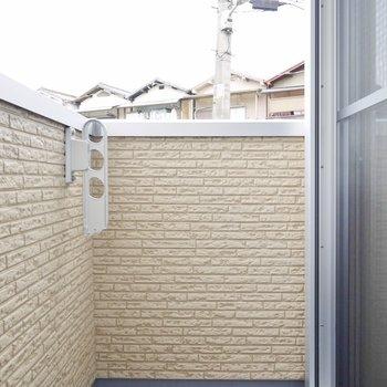 バルコニーはそんな広くありません。浴室乾燥機をうまく使いましょうね。 (※写真は1階の同間取り別部屋のものです)