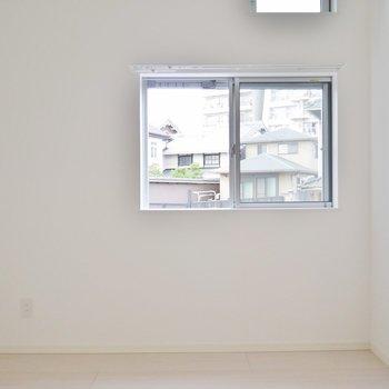 洋室はすっきりした白ベース。 (※写真は1階の同間取り別部屋のものです)