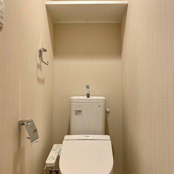 棚に予備のトイレットペーパーが置けますね※写真は2階の同間取り別部屋のものです