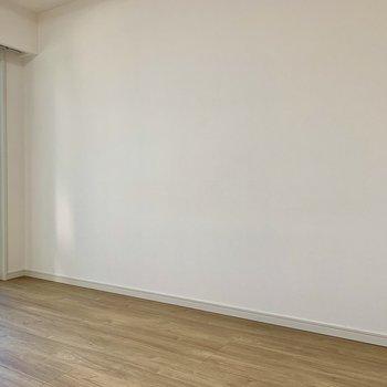 ベッドを置いても広さに余裕があります※写真は2階の同間取り別部屋のものです
