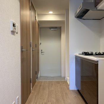 ややコンパクトな玄関です※写真は2階の同間取り別部屋のものです