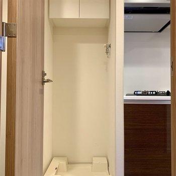 隣には洗濯機置き場があります※写真は2階の同間取り別部屋のものです