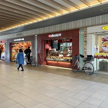 駅前はお惣菜やパン、飲食店がたくさんあります