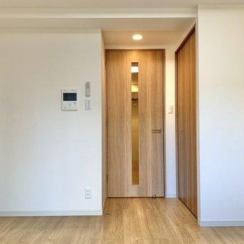 内装は白と茶色でシンプル※写真は2階の同間取り別部屋のものです