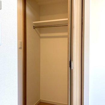 丈の長い服が掛けられる高さの収納※写真は2階の同間取り別部屋のものです