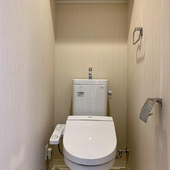 棚には予備のトイレットペーパーが置けますね※写真は7階の同間取り別部屋のものです
