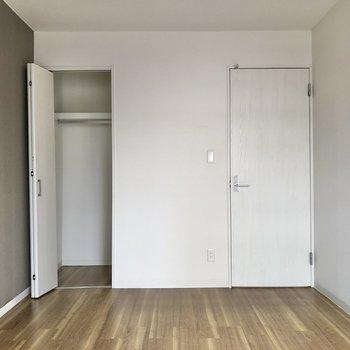 【洋室2】収納はスリムなサイズ。※写真は3階の同間取り別部屋のものです