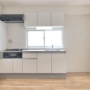 【LDK】キッチンにも明るい日差しが差し込みます。※写真は3階の同間取り別部屋のものです