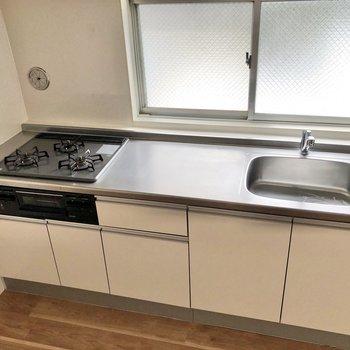 【LDK】調理スペースも広く、お料理が捗りそう。※写真は3階の同間取り別部屋のものです