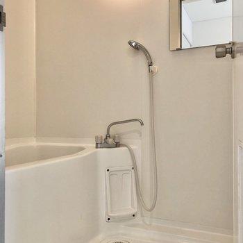 お風呂には鏡付き。※写真は3階の同間取り別部屋のものです