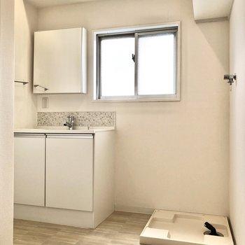 入って右側には洗面台と洗濯機置き場。※写真は3階の同間取り別部屋のものです