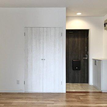 【LDK】玄関横にも収納があります。※写真は3階の同間取り別部屋のものです