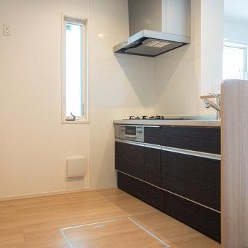【LDK】小窓付きで換気のしやすいキッチン!
