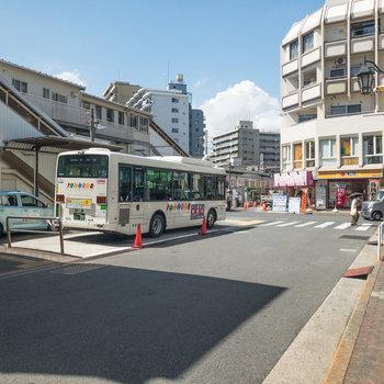 駅前にはチェーンの飲食店などがあります。北口がお部屋に近い方の出口です。