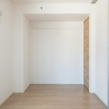 【洋室約6.1帖】洋室へ。寝室にいかがでしょう。