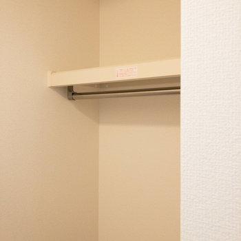 【洋室約6.1帖】上棚にはボックス等も活用しちゃいましょう。