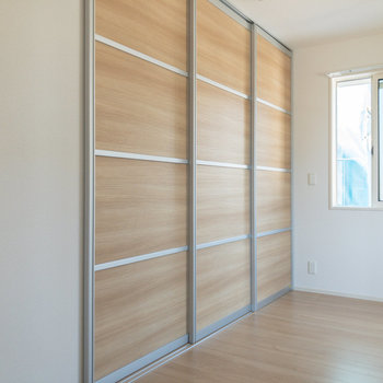 【洋室約6.1帖】小窓付きで明るさも風通しも◎