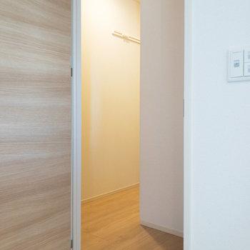 トイレ前の廊下にはピクチャーレールもありますよ。