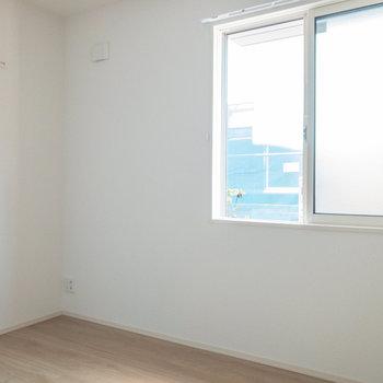 【洋室約5.3帖】しっかり個室になっているので、テレワークなどの作業も捗りそうです。