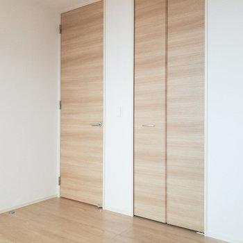【洋室約5.3帖】収納スペースもちゃんとありますよ。