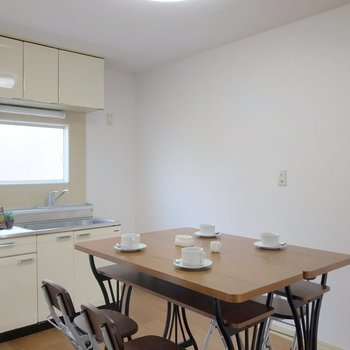 キッチンまわりにダイニングテーブルを置きたい。(※写真の家具・小物は見本です)