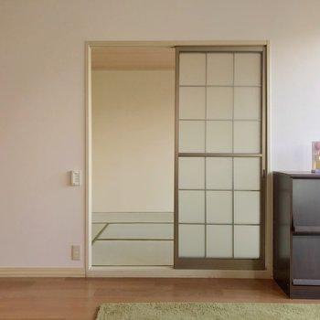 窓側のお隣には6畳の和室。(※写真の家具・小物は見本です)