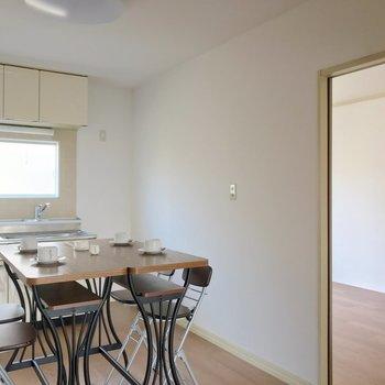 キッチン側の隣には6帖の洋室。(※写真の家具・小物は見本です)