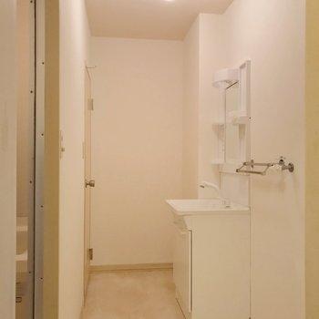 長く伸びる空間。一番奥にトイレがあります。