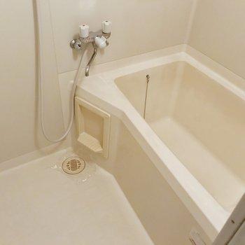 お風呂はシンプルな機能。1人ずつ入りたい広さです。