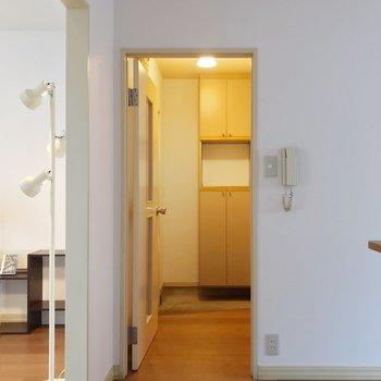 脱衣所は玄関側に。(※写真の家具・小物は見本です)