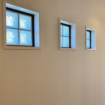 廊下に3枚の窓が並んでいてとってもキュート!