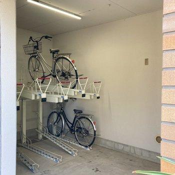 駐輪場は半室内なので雨に濡れる心配もいりませんね。
