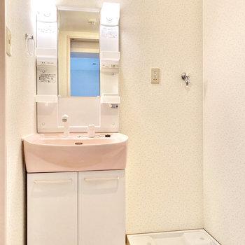 照明がポッと照らしてくれていますね。ピンクの洗面器が可愛らしいです。