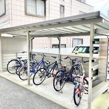 入り口の隣に駐輪場があります。