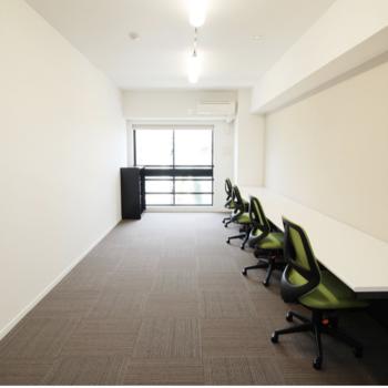 備え付けのオフィス家具もあり、コスト削減も出来ますよ ※別室です