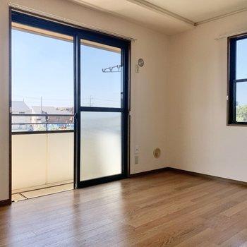 【バルコニー側洋室】角部屋なので、2面採光です。