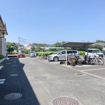 正面には駐車場と駐輪場があります。