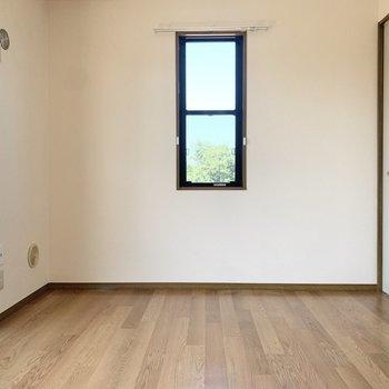 【バルコニー側洋室】まずは奥の洋室から見ていきましょう。
