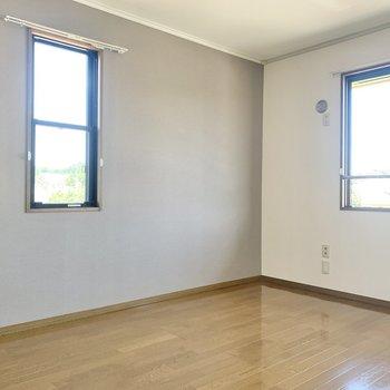 【脱衣所側洋室】2面採光で明るい空間です。